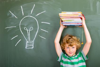 starker Schüler mit Büchern über dem Kopf